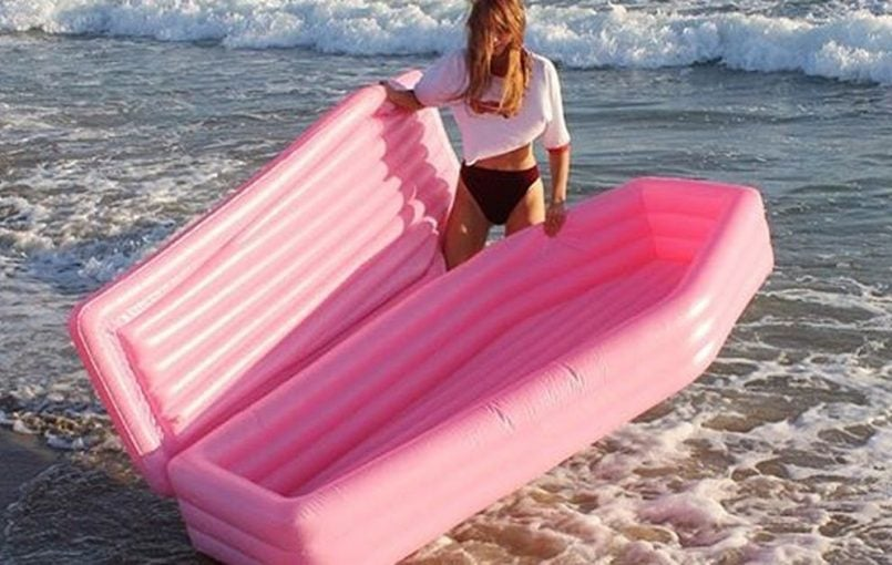 "Your remedy to the Taylor Swift swan float is here. Behold the pink casket swimming pool toy– a summery, macabre float produced by Canadian designer Andrew Greenbaum . SEE ALSO: Pool drifts for your canine are a thing now and we will not get in summertime without them ""Had the concept to begin this job […]"